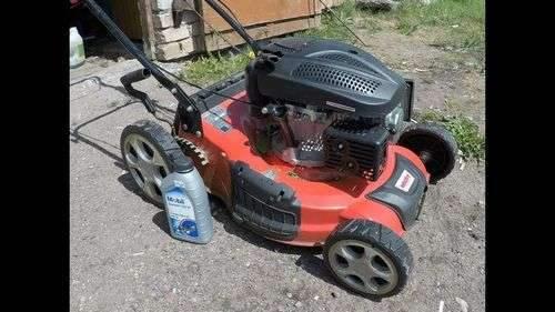Замена моторного масла газонокосилки